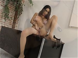 Dava Foxx chatting sloppy while using her arms on a shaft