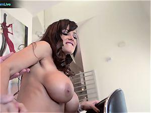 milf pornstar Lisa Ann goes for a morning intercourse