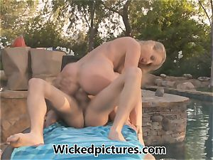 gorgeous mom Julia Ann tempts the delivery guy
