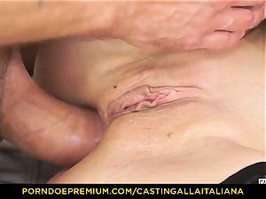 casting ALLA ITALIANA - Blue-eyed dame gets backside pulverized