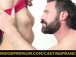 casting FRANCAIS - puny babe pummeled in first-ever audition
