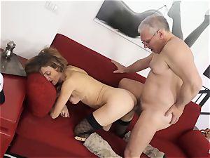 SCAMBISTI MATURI - Deep buttfuck with mature Italian gal